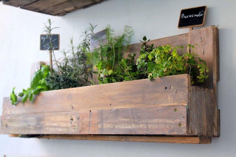 Come realizzare un orto sospeso utilizzando un pallet d la repubblica - Come realizzare un giardino verticale ...