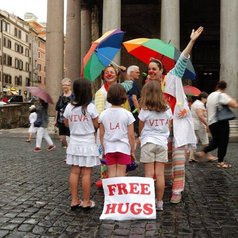 Abbracci gratis da chi combatte contro il cancro