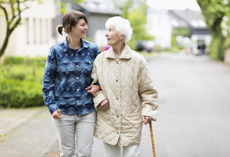 Come scegliere l'assistente familiare per una persona anziana