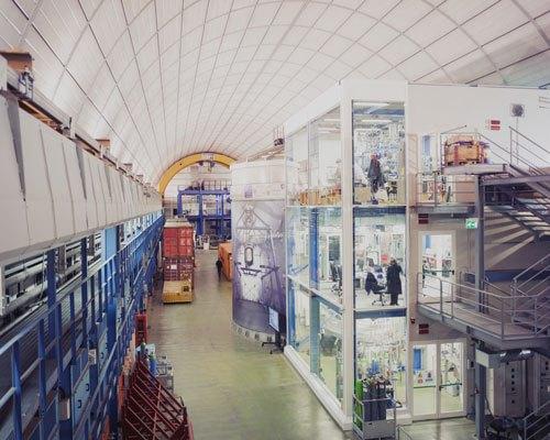 Uno degli ambienti sotterranei dei laboratori, i più grandi del mondo dedicati allo studio della fisica delle particelle, coperti da 1.400 metri di roccia che li schermanodalla pioggia di particelle dal cosmo