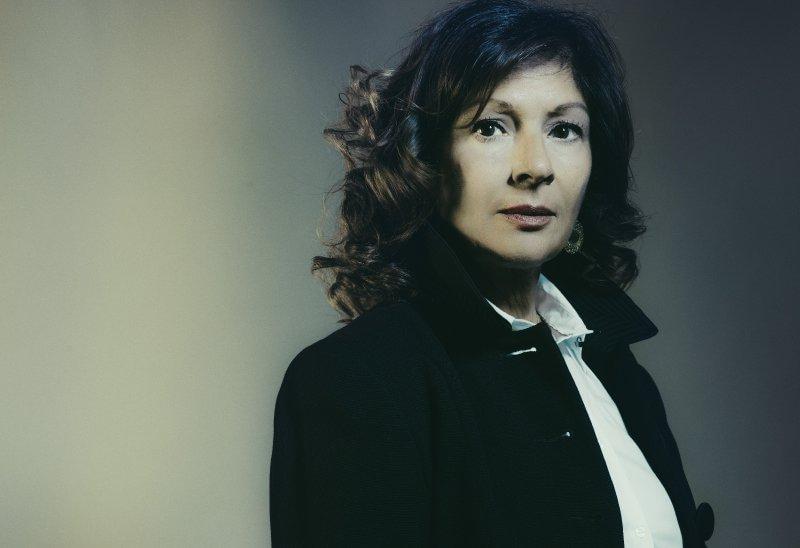 Elena Aprile, nata nel 1954 a Milano, è cresciuta a Napoli e dal 1997 ha lavorato al Cern di Ginevra, a Boston e a New York dove ora insegna alla Columbia University. Dal 2002 è tra i fondatori e portavoce dell'esperimento Xenon 1T, che si svolge nei Laboratori Nazionali dell'Istituto di Fisica Nucleare al Gran Sasso.