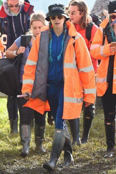 Glastonbury: le star affrontano il fango con gli stivali di