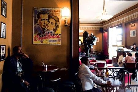 """La hall del Cinema Roma, uno dei numerosi edifici simbolo di Asmara che""""parlano"""" di Italia sin dal nome"""