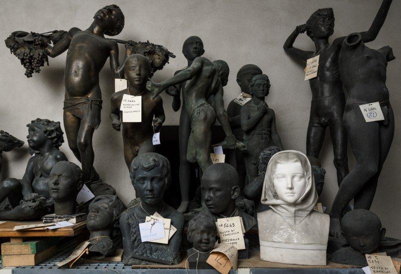 Il viso marmoreo della Laudomia di Filippo Biganzoli dopo il lavoro dei restauratori, accanto ad altre statue nei depositi della Galleria d'Arte Moderna di Milano.