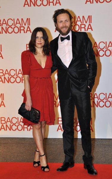 Una delle rare fotografie in cui Jovanotti è: a) senza cappello b) vestito elegante c) assieme alla moglie Francesca. È il 2011, alla presentazione del film Baciami Ancora, di Gabriele Muccino, a cui ha prestato la colonna sonora