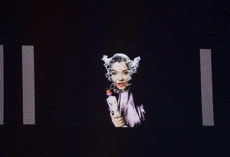Björk riceve il premio come Migliore Artista Solista Internazionale ai Brit Awards 2016 a Londra, alla 02Arena (la mascherina è dell'artista islandese James Murray).