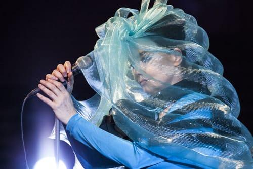 L'artista islandese sul palco dell'Harpa Concert Hall, pochi mesi fa, per l'Airwaves Music Festival di Reykjavik