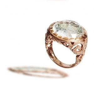 L'anello con pietra
