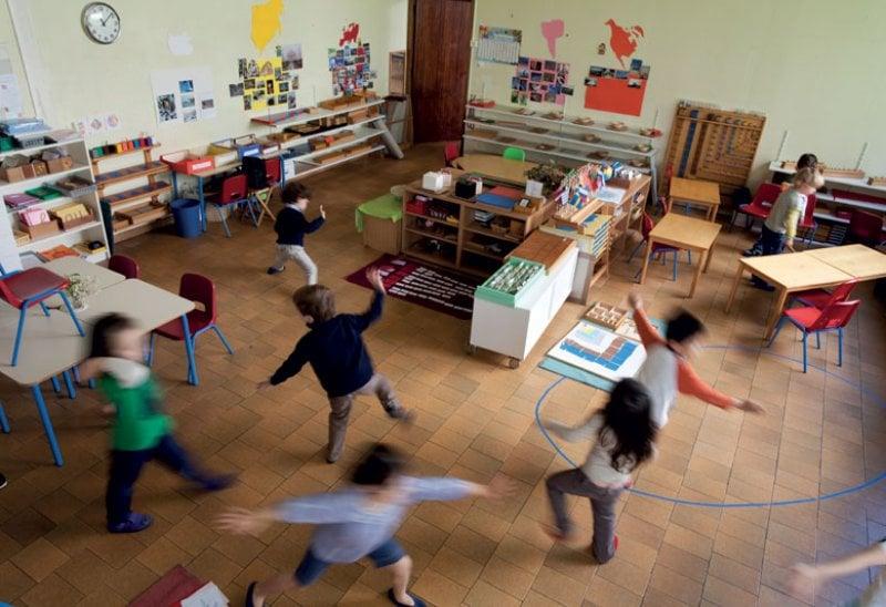 Momenti di gioco e lezione in una scuola d'infanzia Montessori