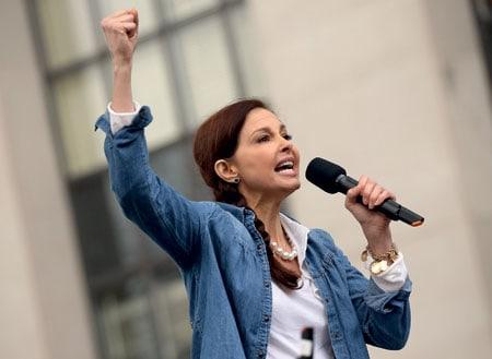 L'attrice Ashley Judd interpreta il recital di Nasty Woman della poetessa Nina Mariah alla Marcia delle Donne di Washington.