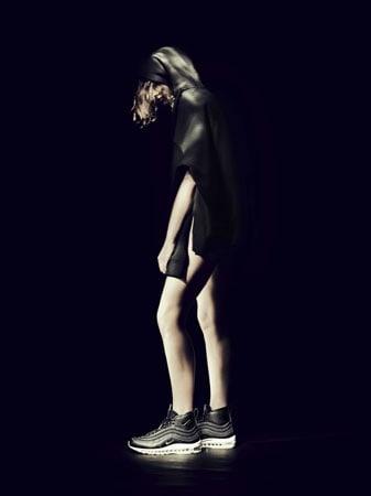 Un'immagine realizzata da Paolo Roversi per la campagna delle NikeLab Air Max 97 Mid x RT