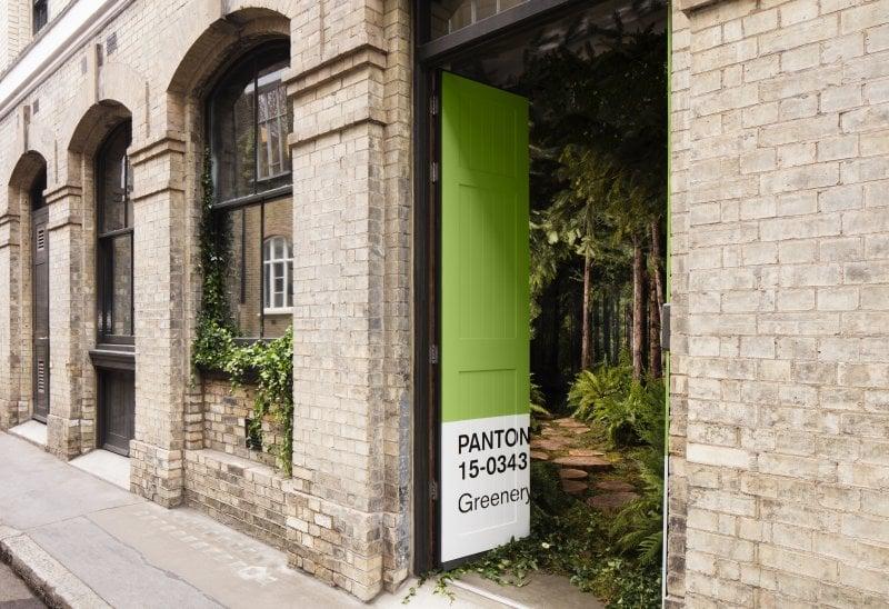 L'ingresso della casa Pantone Greenery di Londra