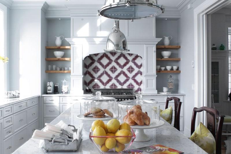Come organizzare gli scaffali a vista in cucina