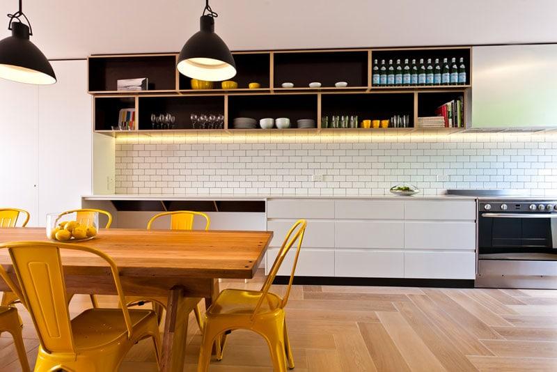 Come organizzare gli scaffali a vista in cucina d la - Organizzare la cucina ...