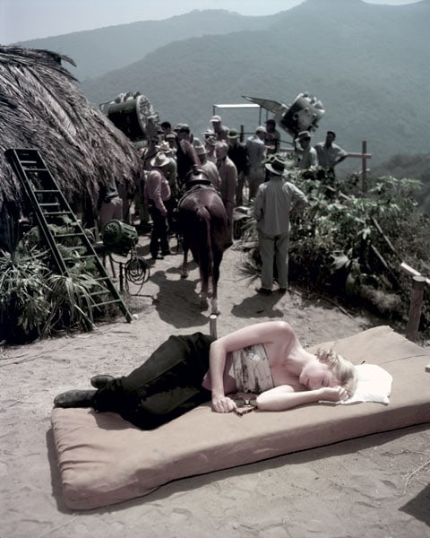 Grace Kelly in pausa sul set del film Mogambo (1953).