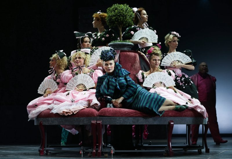 Una scena di Orgoglio e Pregiudizio, il romanzo di Jane Austen, tratta da uno spettacolo teatrale a Mosca