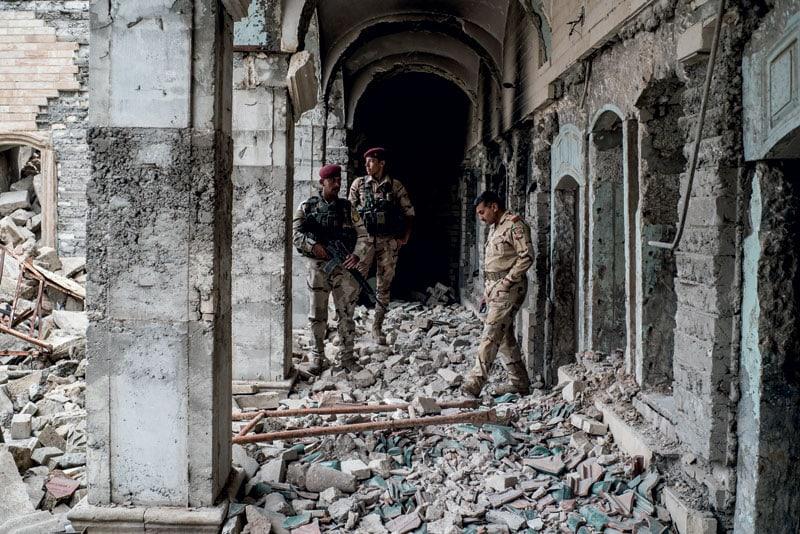 Soldati sui ruderi di una moschea pre-islamica