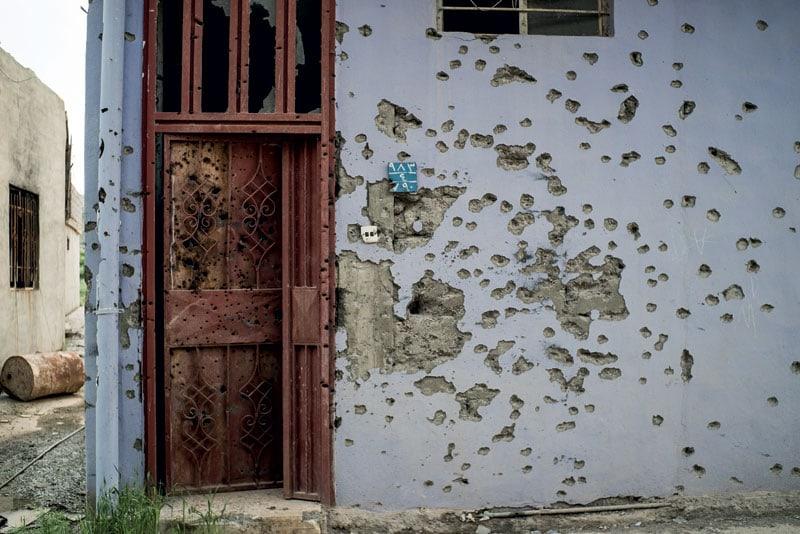 Proiettili su una casa di Qaraqosh, villaggio cristiano fuori Mosul