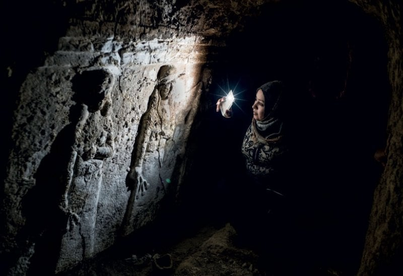 Layla Salih nei tunnel scavati dall'Isis sotto il Palazzo assiro di Nabi Yunus.