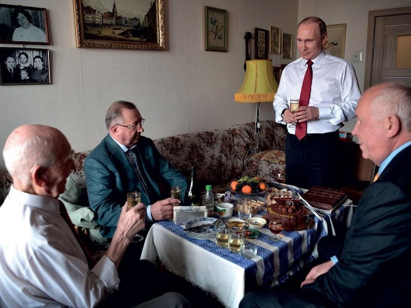 Vladimir Putin a pranzo con altri leader russi.