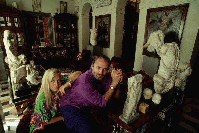Gianni Versace con la sorella Donatella nella casa di Via Gesù a Milano, sede della maison