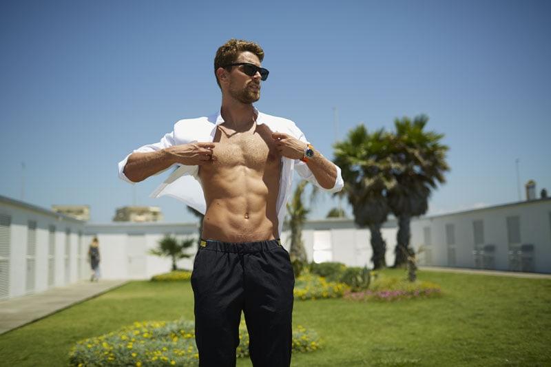 Luca Dotto indossa camicia e pantaloni Emporio Armani, occhiali Emporio Armani Eyewear. Styling Rachele Bagnato