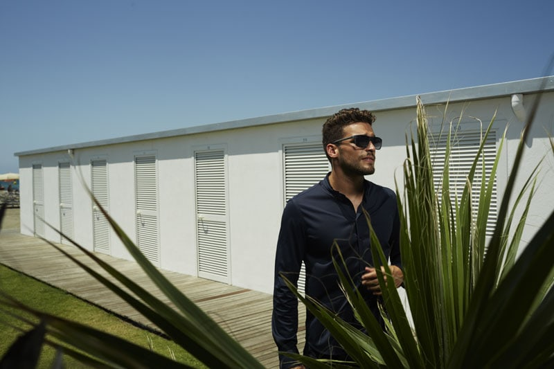 Gabriele Detti indossa camicia e pantaloni Emporio Armani, occhiali Emporio Armani Eyewear. Styling Rachele Bagnato