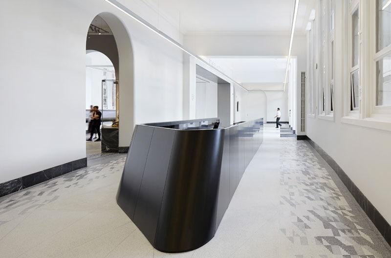 V&A, la scala interna che porta alla nuova galleria sotterranea