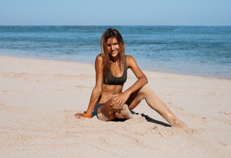 Niente dieta: al mare come in spa, sfrutta i benefici di acqua e sabbia per tonificare e snellire (perfino le caviglie)