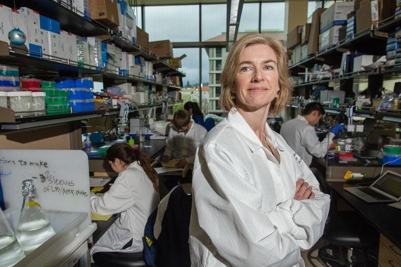 Jennifer Doudna nel suo laboratorio di Berkeley, all'Università della California.