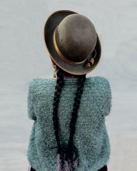 Una donna india con il cappello tradizionale