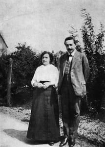 Mileva con Albert Einstein, allora suo marito, 1905