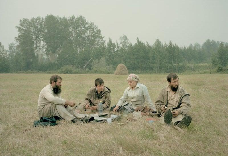 Stepan Borisov con i figli Andrey, Ustina e Maxim si riposa nei campi fuori Aidara, durante la fienagione.
