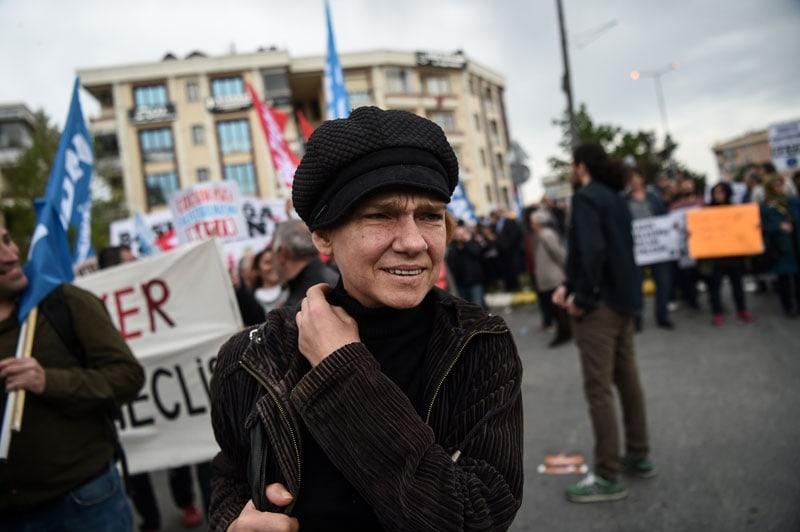 In questa foto Asli Erdogan partecipa al May Day a Istambul