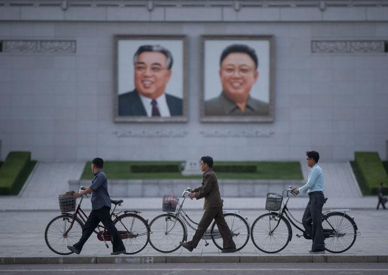 I ritratti dei leaders Kim Il-Sung (a sinistra) e Kim Jong-Il (a destra), nella piazza Kim Il-Sung square a Pyongyang