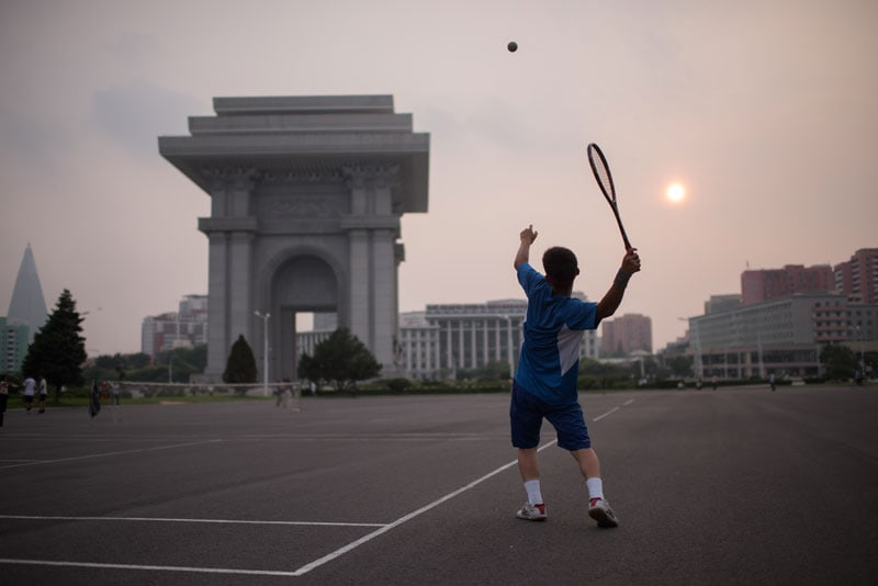Un gruppo di giovani tennisti in una piazza di Pyongyang