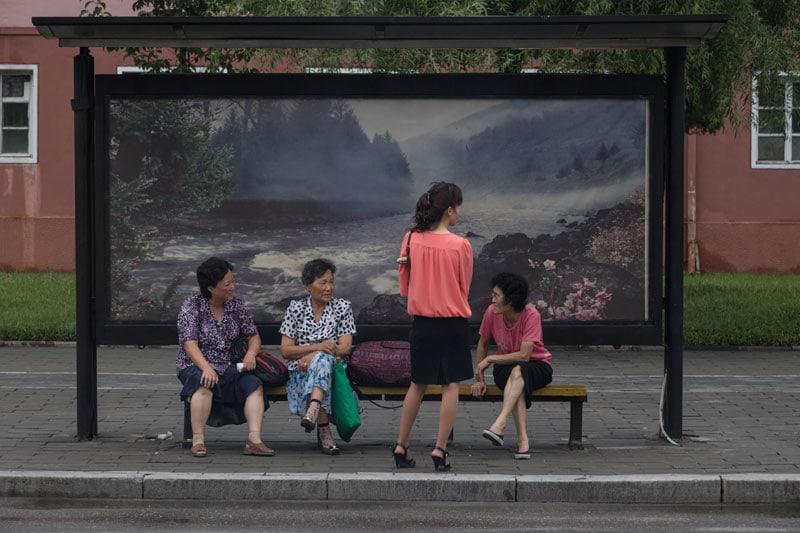 Persone alla fermata dell'autobus a Pyongyang