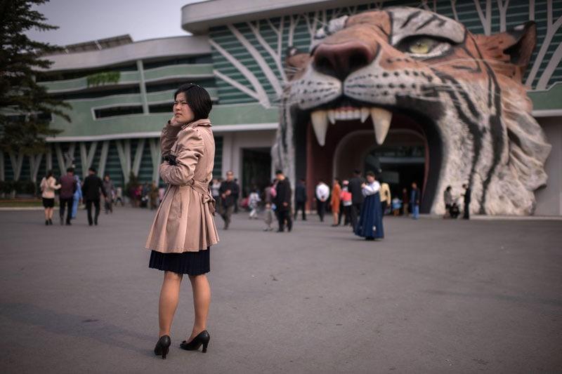 Una donna davanti all'entrata del Central Zoo a Pyongyang
