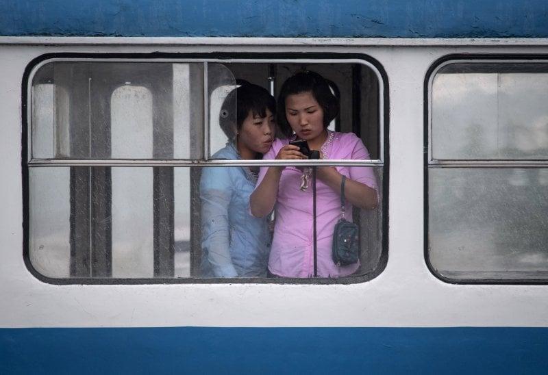 Due donne sull'autobus a Pyongyang