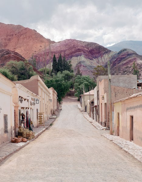 Una strada polverosa a Purmamarca che porta alla Seven Colors Hill
