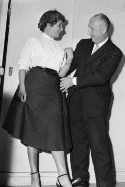 Christian Dior a Parigi nel 1953 sistema il look di Helene Lazareff, fondatrice e direttore di Elle.