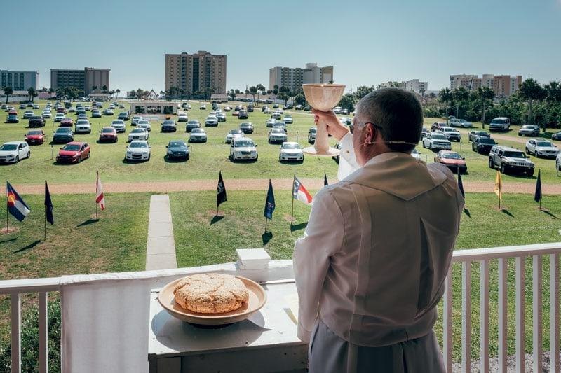 Il reverendo Rob officia la messa domenicale dal balcone della Christian Drive-in Church di Daytona Beach, in Florida