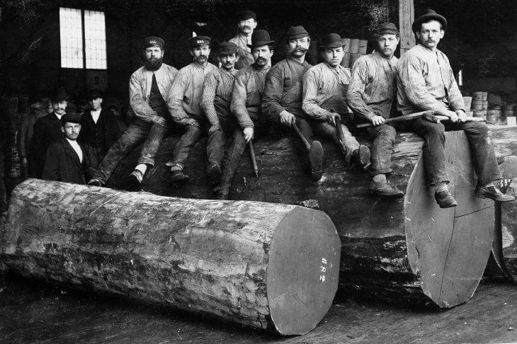 Un gruppo di taglialegna dell'Oregon con indosso dei blue jeans posa per una fotografia nel 1880