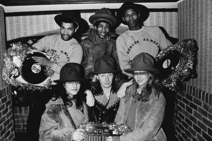 Malcolm McLaren (al centro) con i rapper Supreme Team e le modelle alla sfilata 'Buffalo' di Vivienne Westwood