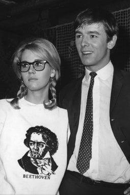 """1965 Jane Fonda indossa una felpa con Beethoven. È con Peter McEnery, suo partner nel film """"La Calda preda"""""""
