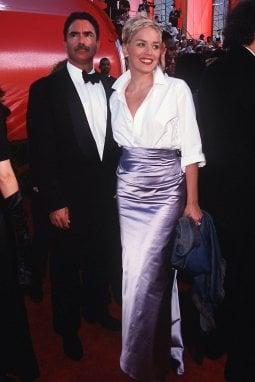 Sharon Stone alla notte degli Oscar nel 1998 con una camicia bianca da uomo e gonna in raso