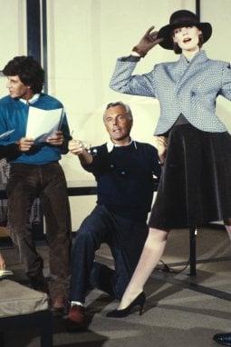 1983: un'immagine di Giorgio Armani al lavoro per la preparazione della collezione invernale