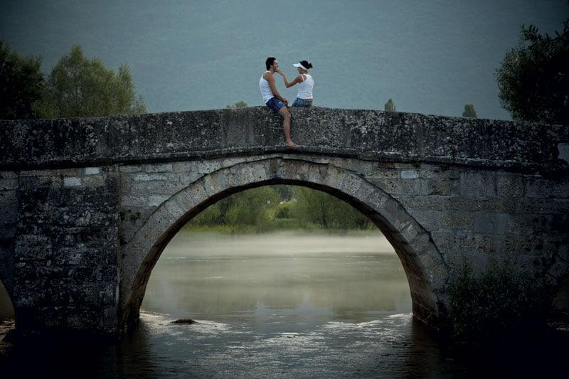 Una coppia sul Ponte romano nella periferia occidentale della città