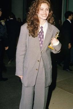 Julia Roberts nel 1990 ai Golden Globes con un completo di Armani