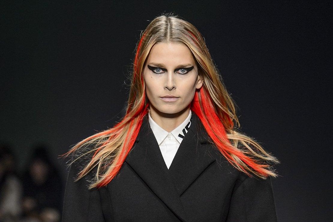 2917: Un look di Versace per l'Autunno/Inverno 2017/18. Per volere di  Donatella Versace, la collezione viene dedicata al potere e alle loro  battaglie per l'uguaglianza con gli uomini